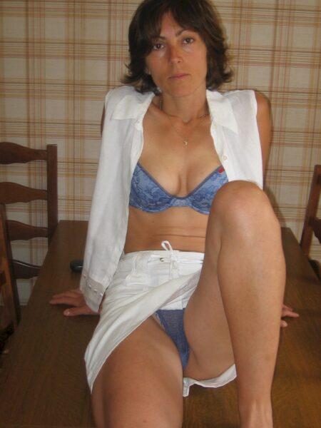 Femme infidèle sexy docile pour mec expérimenté
